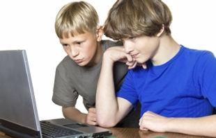 adolescente con ordenador azul 2.jpg