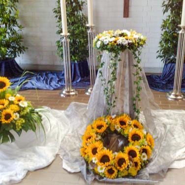 Geschmückte Trauerhalle Urnenbeisetzung