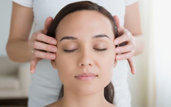 Massage ayurvédique de la tête