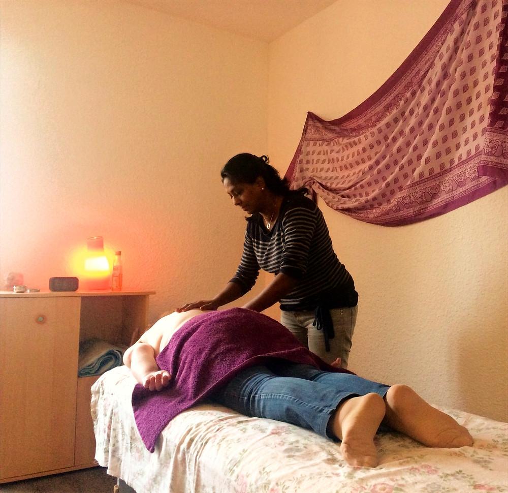 Massage ayurvédique du dos à l'huile