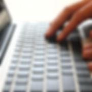 Hände auf der Tastatur