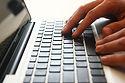 mains sur le clavier