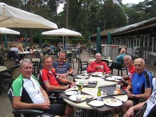 thumbnail_groep fietsers aaan tafel.jpg