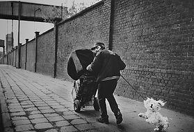 Man -dakloze met kinderwagen en hond.jpg
