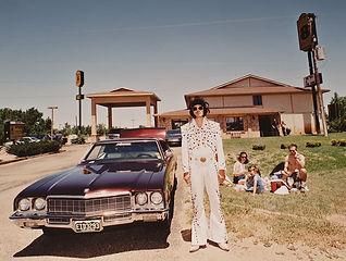 Elvis met luxe auto.jpg