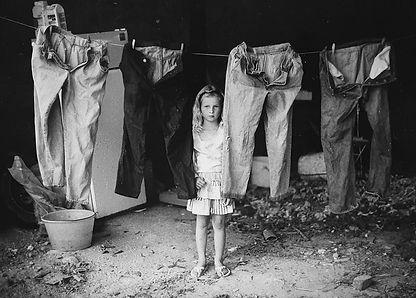 Vroegperiode-Kind tussen wasgoed.jpg