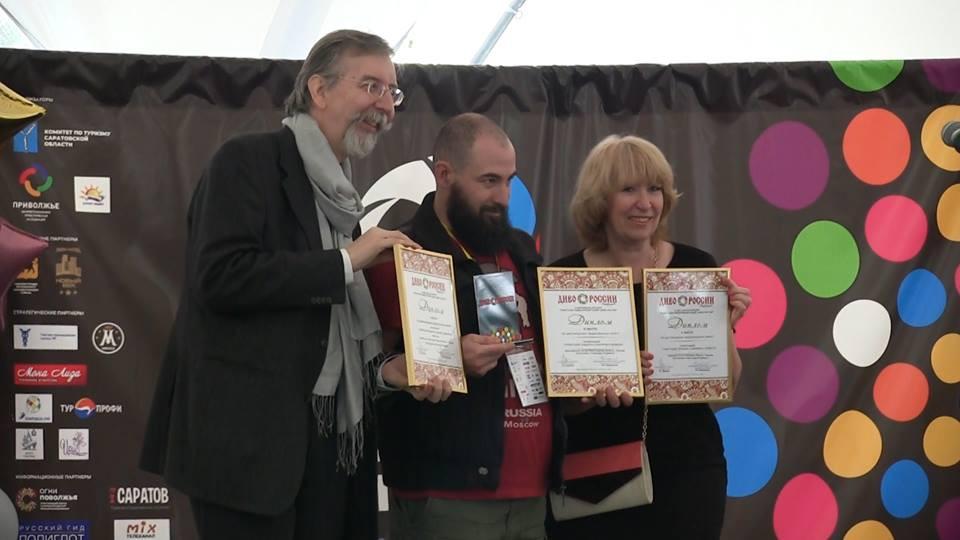 Александр Каммель (слева) и Ева Котус (справа) награждают победителей конкурса