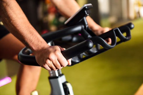 hands-man-training-gym-doing-cyclo-indoo