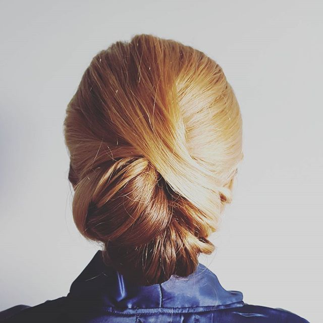 Happy Saturday! Updo from a fab bridal party, working with the fab company  _michelleeliseartistry �