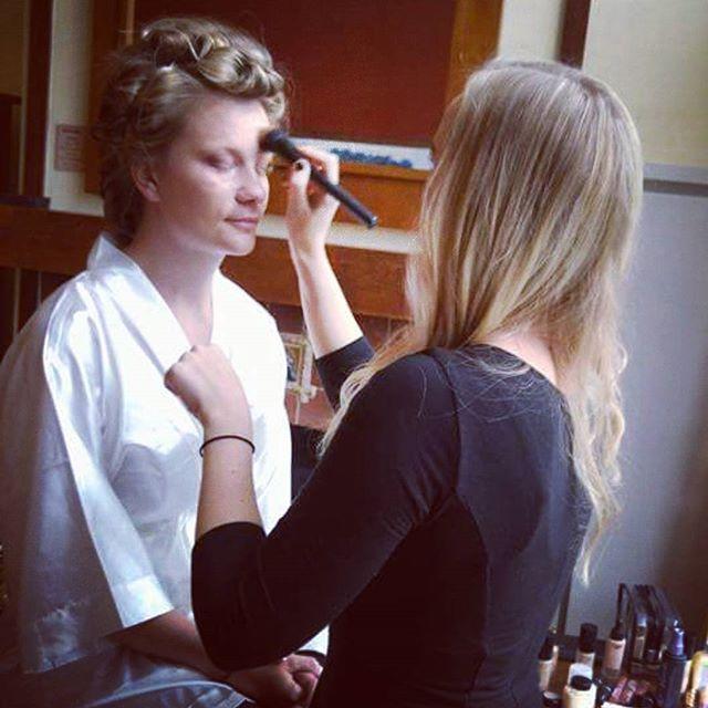 Our makeup artist Jamie beautifying our bride Amanda _amandaeoleary! 👰💘💄💎 #bride #bridalparty #d