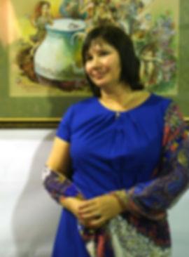 Майя-Гусарина-на-фоне-своей-картины..jpg