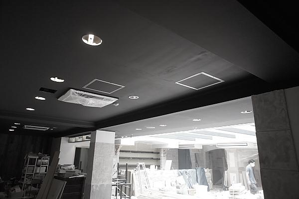 天井は黒く!