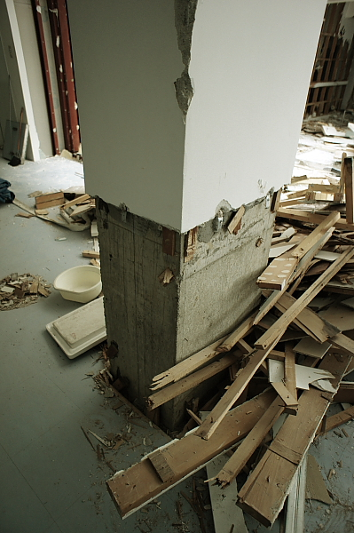 柱!木材の破片が半端ない