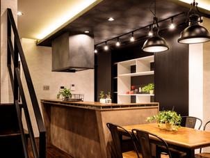 ヴィンテージ仕上げな主役級キッチン。