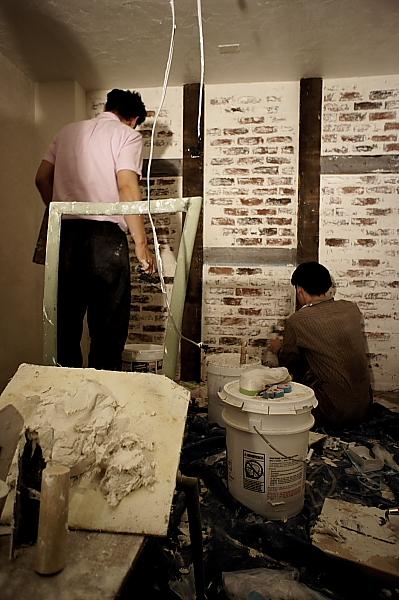 レンガタイルと漆喰で仕上げ