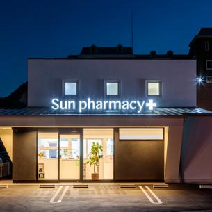 ライティングで映えるシンプルデザインな薬局
