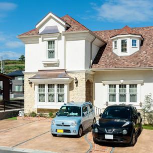 ストーンと屋根デザインで魅せる欧風住宅。
