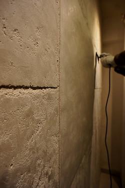 大理石調の壁、研磨中