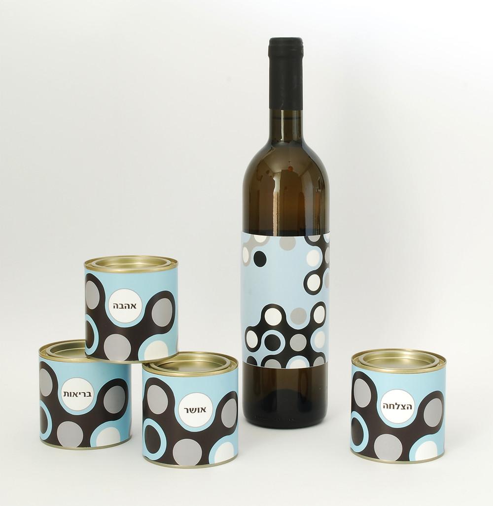 בקבוק יין וברכות מתוקות לחג בקופסאות ממותגות לראש השנה