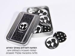 קופסה מעוצבת מלאה במטבעות שוקולד למה