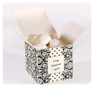 מתנות - שולחן מעוצב - הזמנה במעטפה מיוחד ומעוצבת ושוקלדים בעיצוב תואם הכל בעיצוב תואם לקונספט האיורע