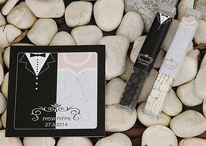 עיצוב והפקת הזמנה לחתונה בשחור לבן - מתנות לאורחים - שוקולדים - עיצוב שולחן designAconcept