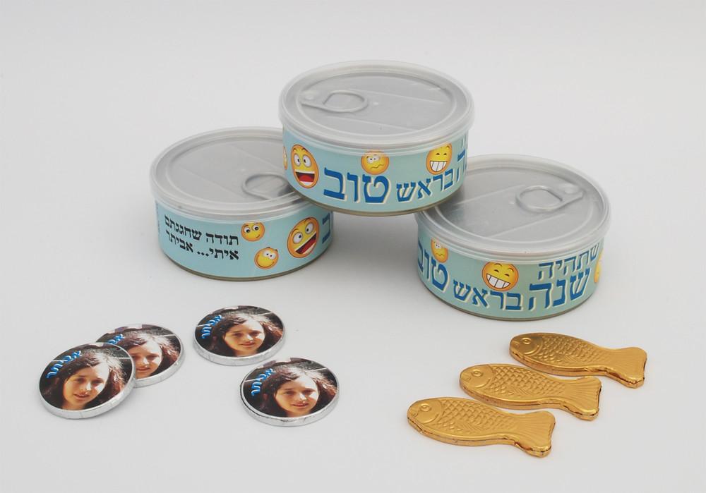 קופסה ממותגת עם מטבעות שוקולד ממותגים ושוקלד דגי זהב