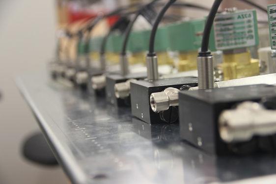 Rotalube pode ser montado em linhas industriais e lubrificar diversas correntes ao mesmo tempo. Rotalube é um sistema de lubrificação de correntes industriais super eficiente e econômico .