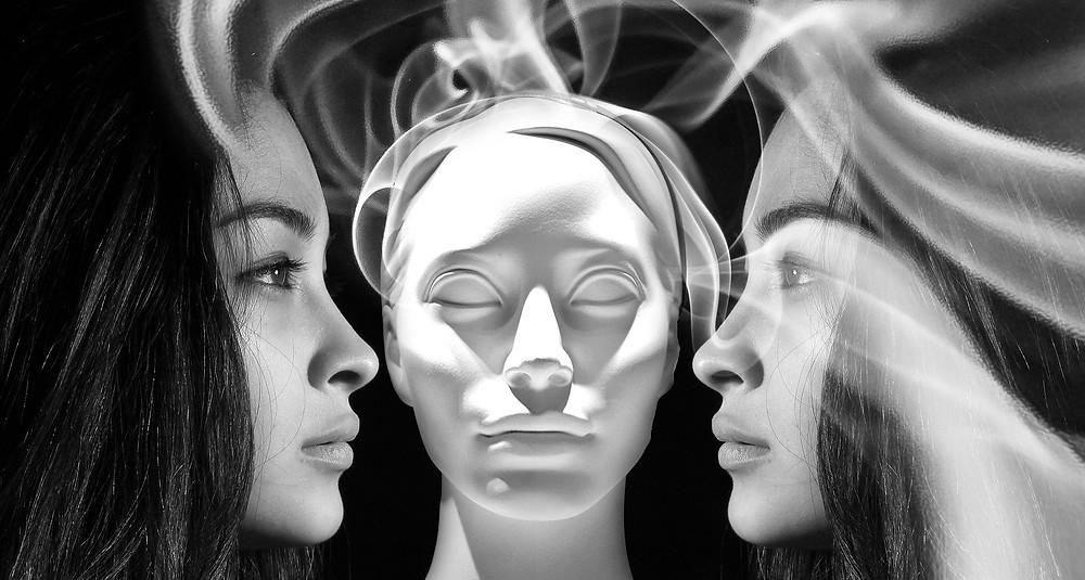 Das Bild stellt dar, dass sich die Ängste, Selbstzweifel usw. wie Rauchschwaden lösen und aus dem Körper schweben, Nur wenn wir all die Ängste und Selbstzweifel liebevoll annehmen und auflösen, können wir wachsen und unserer Selbst wieder bewusst werden.