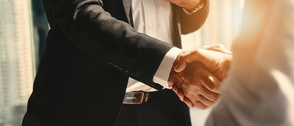 Bild von zwei Business Männer die sich die Hände für einen erfolgreichen Abschluss geben mit einem Spruch von albert Schweitzer - Das Wissen hat Grenzen, das Denken nicht.