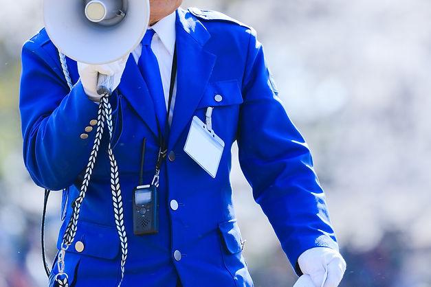 メガホンを持つ警備員
