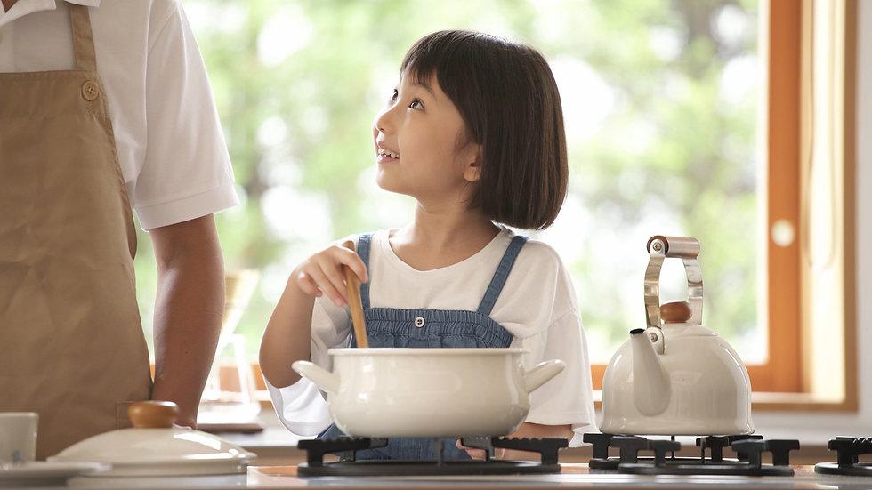 料理をする女の子