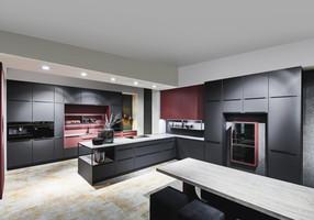 Cuisine façades noirs et rouges avec un plan de travail bois