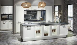 Cuisine façades à cadres blancs et plan de travail gris