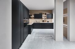 Cuisine façades noirs mates avec plan de travail bois clair
