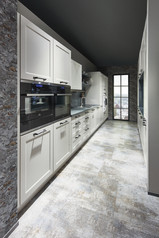 Cuisine façades à cadres blancs avec plan de travail gris