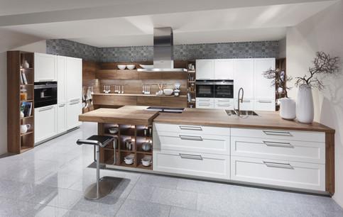Cuisine avec façades à cadres blanches et plan de travail bois
