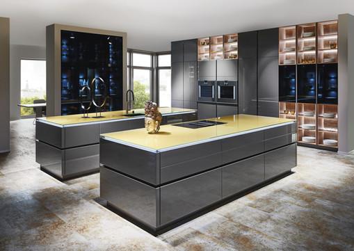 Cuisine façades grises et plan de travail en verre jaune