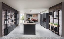 Cuisine façades gris mates avec plan de travail bois