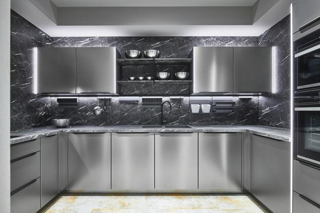 Cuisine façades couleur inox et plan de travail coulleur marbre