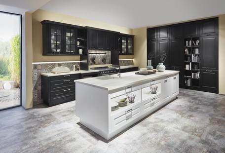 Cuisine façades à cadres noirs et blancs avec un plan de travail en bois clairs
