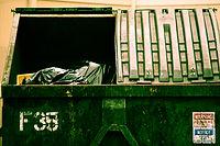 Auskehren und sauber halten der Müllplätze und Müllräume 