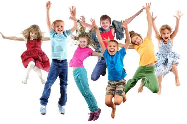 Glada barn som dansar