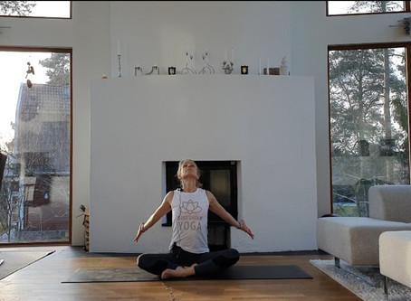 På begäran: Nu finns en yogavideo på engelska