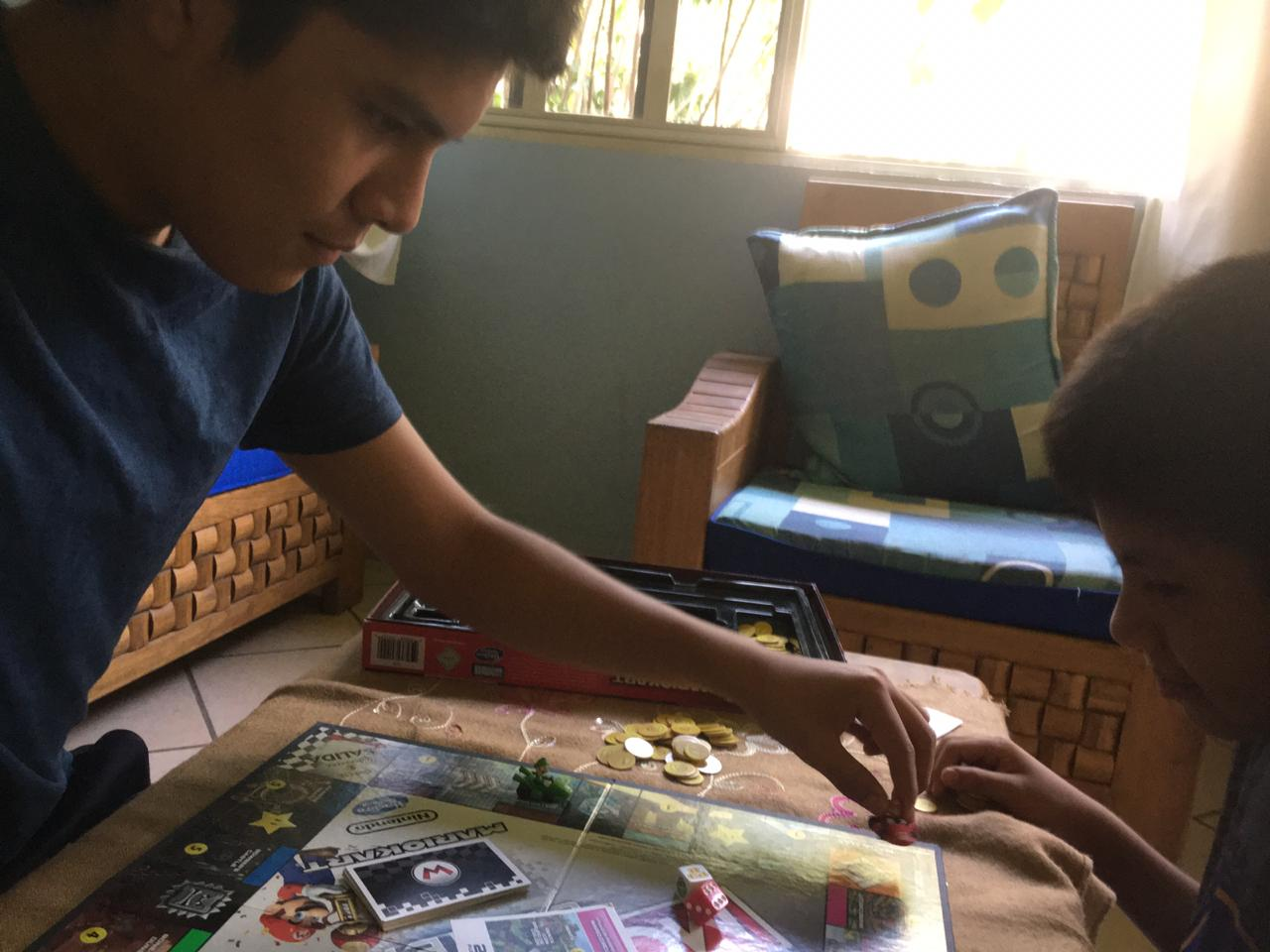 Emiliano jugando desde casa
