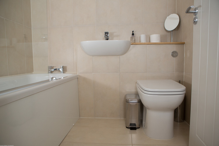 Bathroom with bath and shower - Pet Frie