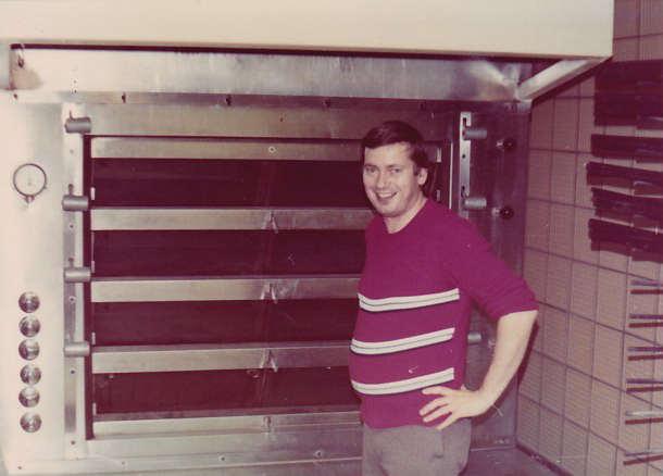 Hartmut Walther vor dem neuen Ofen 1980