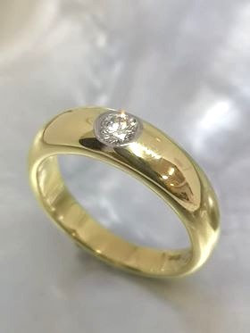 18ct Gold Band with flush-set Diamond
