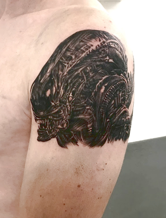 tatouage alien black corner tattoo