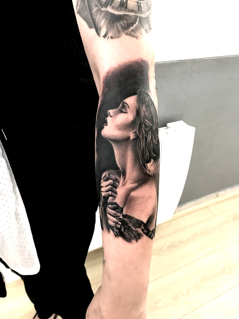 tattoo woman black corner tattoo